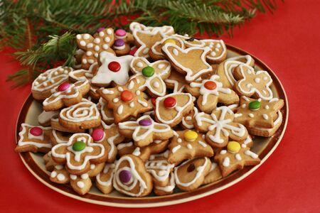 galletas de jengibre: Delicioso pan de jengibre de navidad en la placa