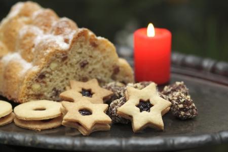 weihnachtskuchen: Weihnachtskuchen genannt Twist und S��waren auf einer Platte, Tin konzentrierte sich auf den Stern Lizenzfreie Bilder