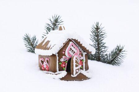 casita de dulces: Casa de pan de jengibre de Navidad en la nieve real  Foto de archivo