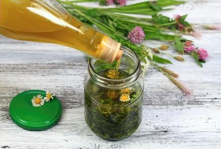 elixir: aceite orgánico de hierbas hecho a partir de hierbas y aceite de oliva, se absorbe rápidamente en la piel para la belleza y la salud