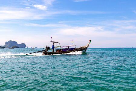 Ville de Krabi, Thaïlande - 23 novembre 2019 : Touristes naviguant en bateau à longue queue dans la mer d'Andaman au large de la Thaïlande.