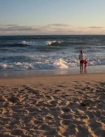 Plano general de dos hermanas, mirando hacia el océano. Foto de archivo - 5074265