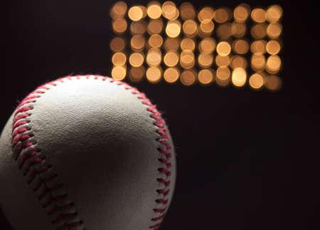 Une place d'une nouvelle base-ball au stade de la nuit avec les lumières à l'arrière du terrain.