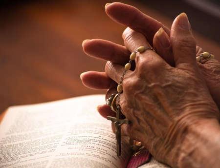różaniec: Zamknięcia zakładów wyższego szczebla womans rąk na biblijny z Różaniec. Zdjęcie Seryjne