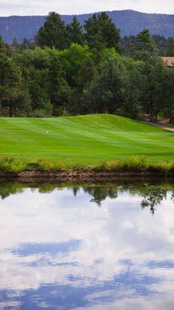 Een schot van een golfbaan van de tee op zoek naar de fairway.