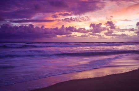 Un disparo mirando a una puesta de sol en el Océano Pacífico. Foto de archivo