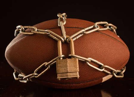 Une étroite un football enfermés avec chaîne.