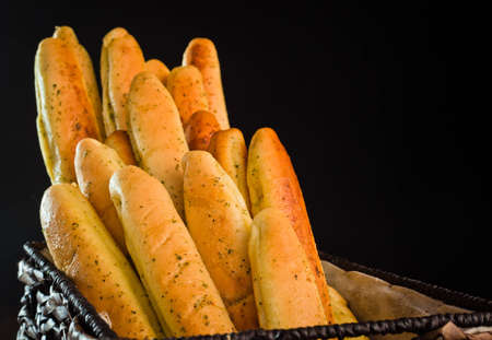 Een close up van een stelletje versgebakken brood sticks.