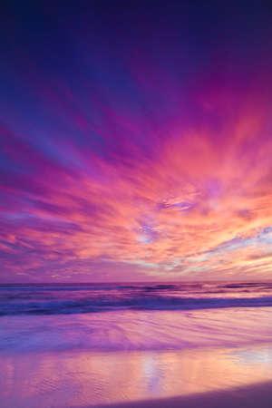 Un plan large donnant sur l'océan Pacifique au coucher du soleil à Huntington Beach. Banque d'images - 15711343