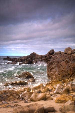 岩にクラッシュ サーフィン ニューポートビーチ カリフォルニア州コロナ ビーチ早朝のショット。 写真素材