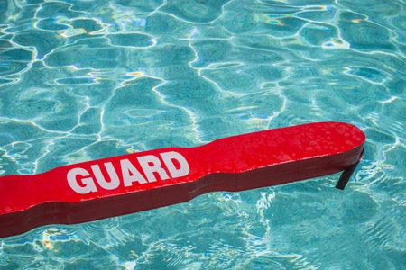 수영장에 떠있는 생활 경비원 빨간색 구조 튜브의 총을 가까이