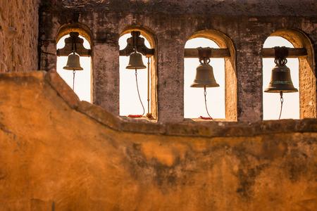 Un tir regardant les cloches à San Juan Capistrano Mission. Banque d'images