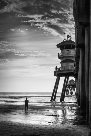 A shot of a surfer looking out to the ocean. Banque d'images