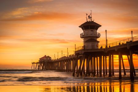 Un plan large de la Huntington Beach Peir lors d'un coucher de soleil d'hiver froid. Banque d'images