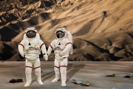 砂丘の背景で身に着けている圧力スーツ宇宙飛行士 写真素材 - 23127901