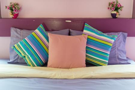 Schlafzimmer-Stil mit bunten Kissen Standard-Bild - 18671050
