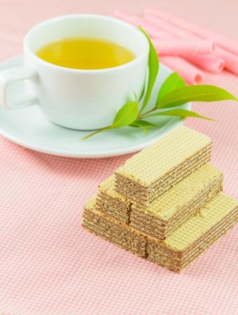 t? galletas en la mesa de color rosa Foto de archivo - 20037000