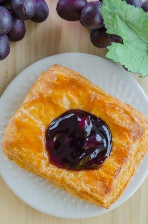 blueberry pie: pastel de ar�ndanos en un plato blanco