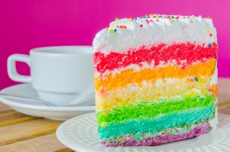 Regenbogen-Kuchen mit weißen Tasse Tee auf dem Holz Tisch Standard-Bild - 20663207