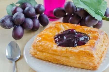 blueberry pie: pastel de ar?ndanos en un plato blanco