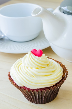 vanilla cupcake: Vanilla cupcake on the wood table