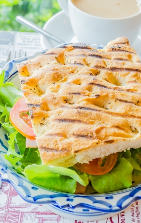 Sandwich de jam�n y queso con vegetales frescos photo