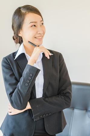 mujeres pensando: Mujeres de negocios de pensamiento