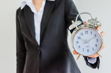 gestion del tiempo: Reloj en mano de la mujer de negocios