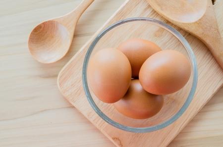 Eier auf dem Holz Tisch Standard-Bild - 21197036