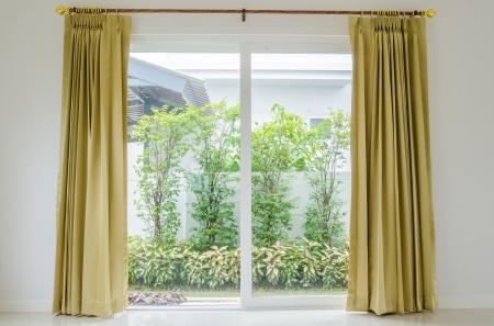 ventana abierta interior: Cortinas en casa Foto de archivo