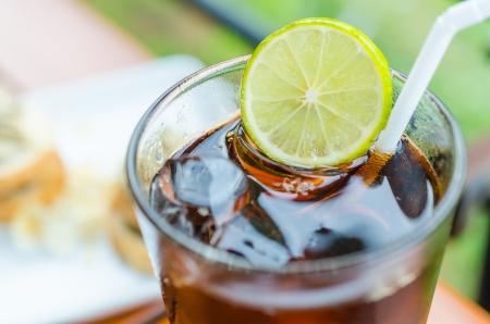carbonation: Coca-Cola con lim�n Foto de archivo