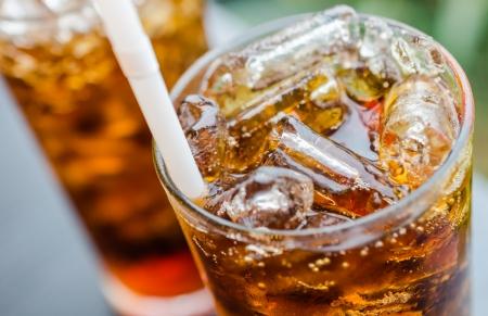 gaseosas: Coca-Cola con hielo en el vaso Foto de archivo