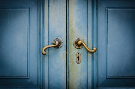 puerta de metal: Antiguo perillas Foto de archivo