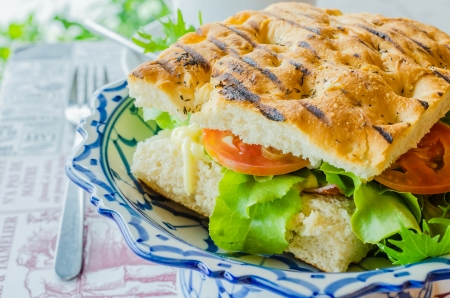 Sandwich de jam�n y queso con verduras frescas photo