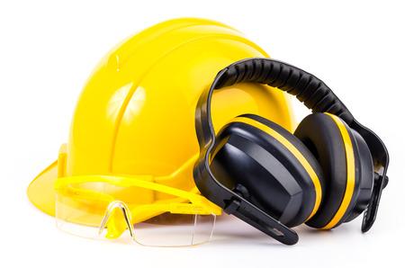 Sicherheitsausrüstung auf weißem Hintergrund isoliert, Schutzhelm, Schutz Ohren, Augen Schutz