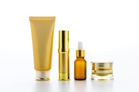 Kosmetik-Flaschen isoliert auf weiß Standard-Bild - 27767022