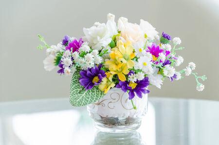 flores moradas: Flor ramo en el florero Foto de archivo