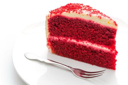 白で隔離赤いビロードのケーキ