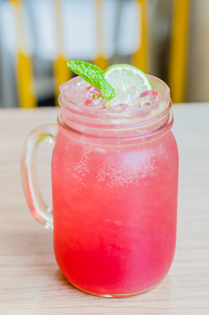 Rosa Limonade Saft-Cocktail
