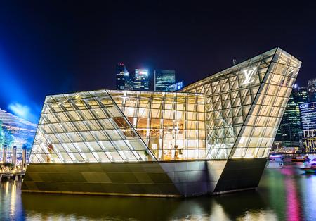 vuitton: SINGAPORE, SINGAPORE - JUNE 25: A Louis Vuitton boutique extends out into Marina Bay. Photo taken JUNE 25, 2014 in Singapore, Singapore.