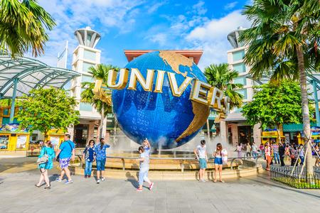 SINGAPUR - 25. Juni: Touristen und Freizeitpark Besucher die Bilder von der großen rotierenden Globus Brunnen vor der Universal Studios am 25. Juni 2014 in Sentosa Island, Singapur Standard-Bild - 30245442