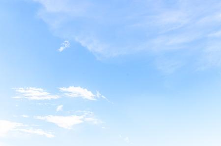 himmel hintergrund: Wolke am blauen Himmel Lizenzfreie Bilder