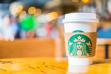 BANGKOK, THAILAND 30. OKTOBER: Heiße Kaffeetasse Blended Getränke serviert auf Holztisch in Starbucks-Shop an der Central Kaufhaus Rattatibet, Bangkok, Thailand. Standard-Bild - 33138850
