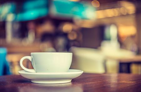 filiżanka kawy: Filiżanka kawy w kawiarni - styl vintage efekt obrazu Zdjęcie Seryjne