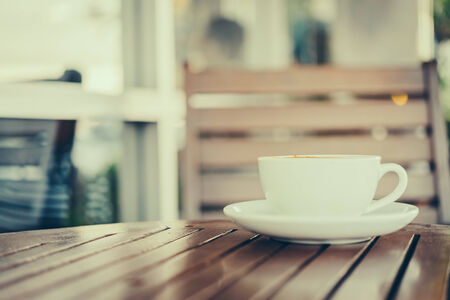 taza cafe: Latte la taza de caf� del arte en la taza blanca - im�genes de estilo efecto de la vendimia