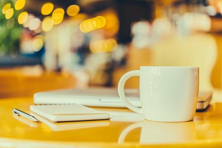 Schreibtisch mit Kaffeetasse - Vintage-Effekt-Stil Bilder Standard-Bild - 34633816