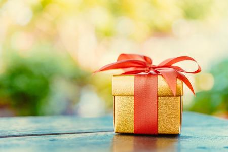gift in celebration of a birth: Caja de regalo de Navidad - imágenes de estilo efecto vintage