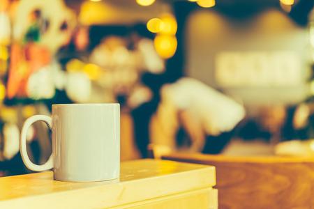 filizanka kawy: Filiżanka kawy na drewnianym stole w kawiarni Cafe - zdjęcia w stylu Vintage efekt