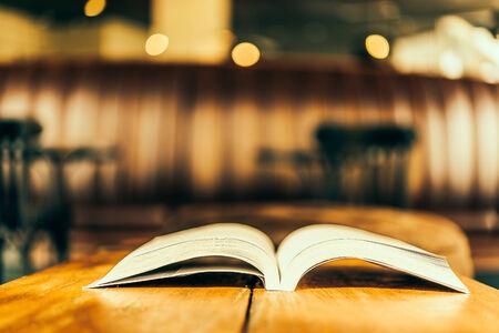 open book: Abra el libro - im�genes de estilo efecto de �poca Foto de archivo