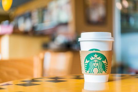 BANGKOK, THAILAND 30. OKTOBER: Heiße Kaffeetasse Blended Getränke serviert auf Holztisch in Starbucks-Shop an der Central Kaufhaus Rattatibet, Bangkok, Thailand.